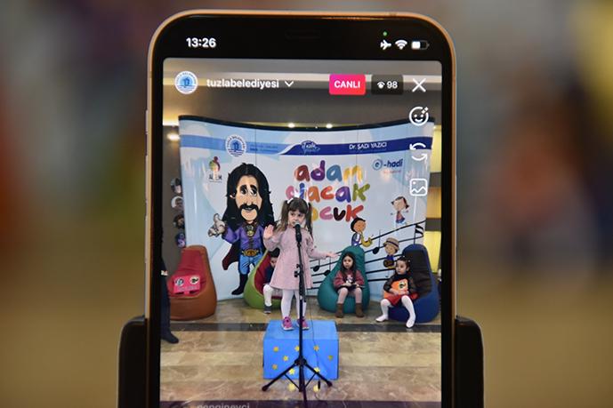 Tuzla Belediyesi, Anadolu rock ve pop müziğinin önde gelen ismi, besteci, söz yazarı ve TV programcısı Barış Manço'nun 22'inci ölüm yıl dönümü nedeniyle özel bir program düzenledi.