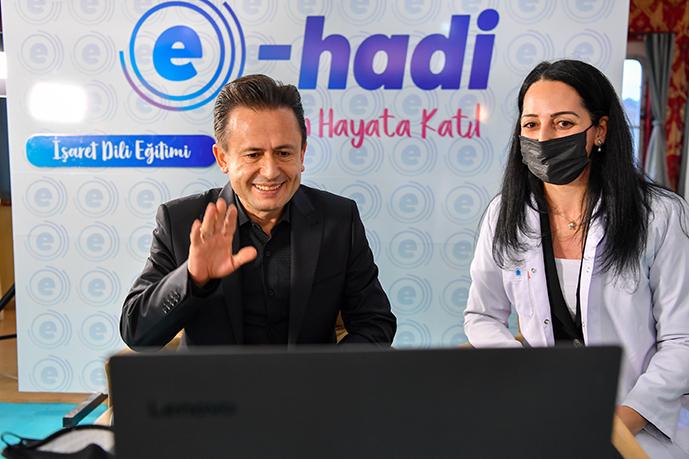 Tuzla'da 3 Aralık Dünya Engelliler Günü kapsamında düzenlenen 'İşaret Dili' eğitimine katılan Tuzla Belediye Başkanı Dr. Şadi Yazıcı, En büyük engelin sevgisizlik olduğunu