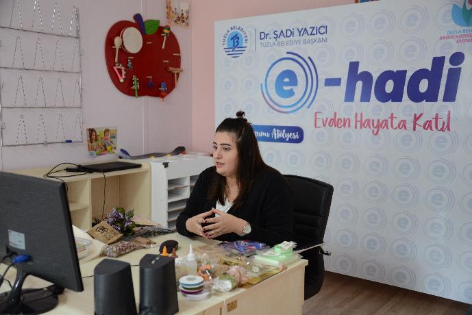Tuzla Belediyesi Kadın ve Aile Hizmetleri Müdürlüğü'nün yeni nesil eğitim portalı olan 'E-HADİ Evden Hayata Katıl' projesi kapsamında online eğitim kursları başladı.